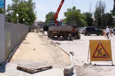 В Ейске завершается обустройство тротуара по улице Пляжной