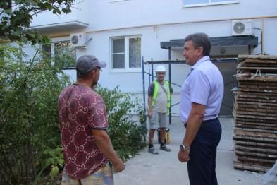 Глава района Виктор Ляхов осмотрел ход ремонтных работ в многоквартирных домах