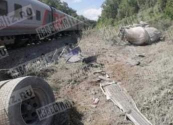 Пассажирский поезд «Ейск-Москва» столкнулся с грузовым автомобилем