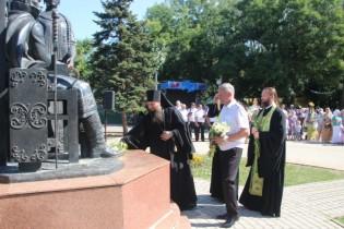 Ейчане возложили цветы к памятнику Петру и Февронии