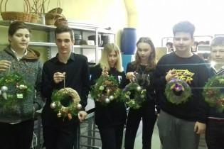 Ейский полипрофильный колледж: мастер-класс по изготовлению новогодних подвесных венков