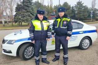 В Ейском районе госавтоинспекторы оказали доврачебную помощь водителю, пострадавшему в ДТП