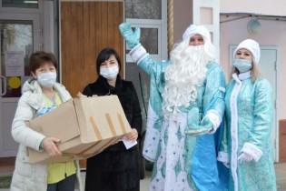 Более 200 сладких подарков сегодня доставят детям от главы муниципалитета и депутатов МО Ейский район