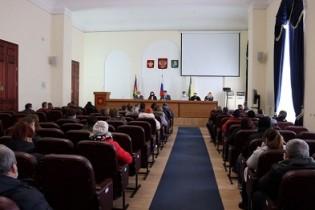 В большом зале администрации состоялась комиссия по распределению земельных участков для многодетных семей, имеющих трёх и более детей