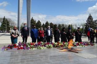 В Ейске состоялось торжественное возложение цветов к Вечному огню в память о героях, отдавших свою жизнь за свободу нашей Родины