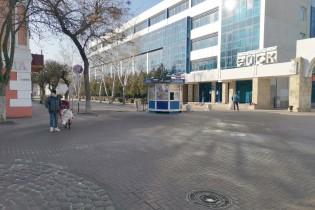 Администрация Ейска переставила киоск, чтобы не ремонтировать дорогу
